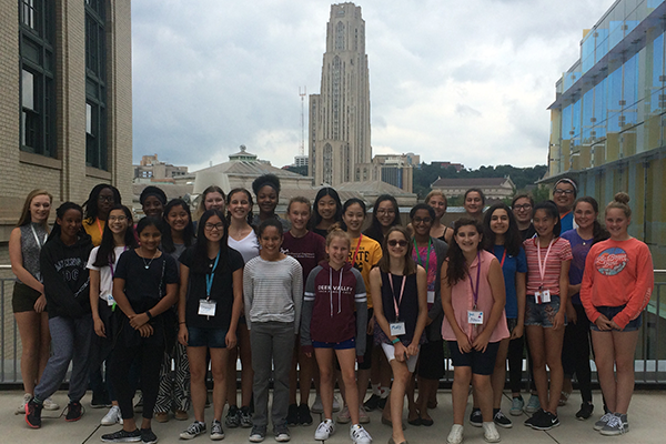 Group photo of students in front of Cathedral of Learning